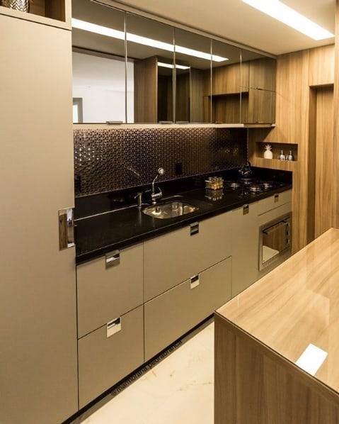 cozinha planejada com bancada de granito preto absoluto
