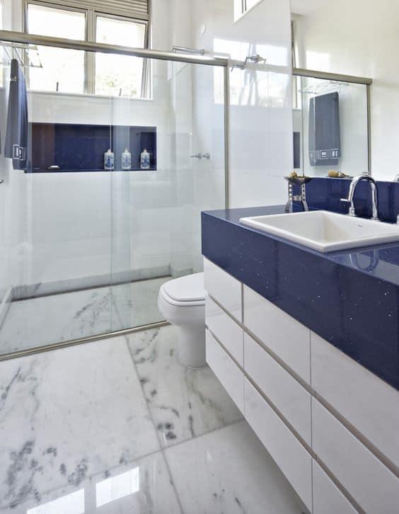 decoração de banheiro branco com bancada em azul marinho