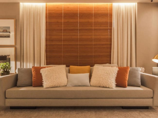sala com persiana de bambu e sobreposição de cortina de tecido