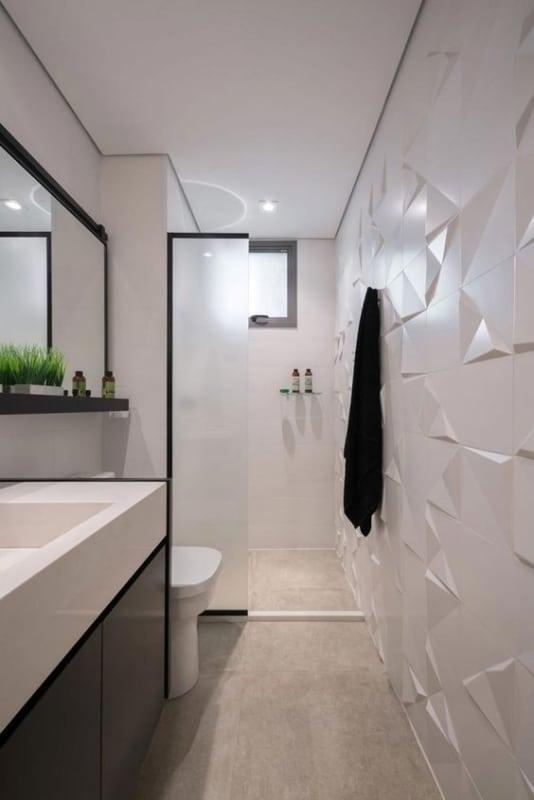 banheiro pequeno e moderno com decoração em branco e preto