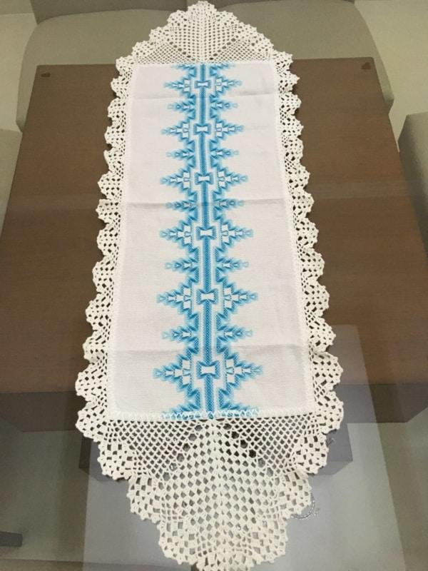 caminho de mesa com vagonite azul claro e barrado de crochê