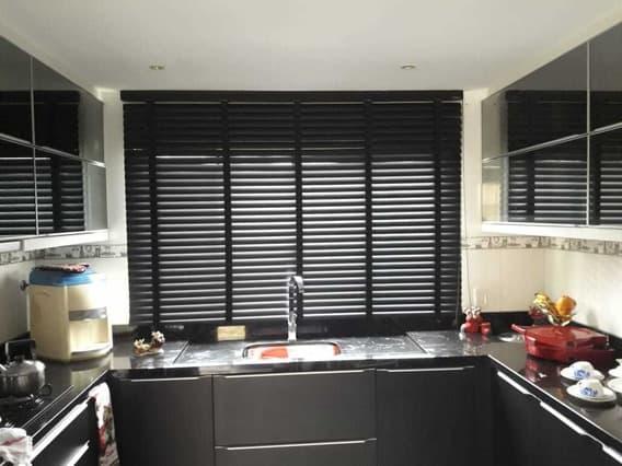 cozinha com cortina persiana preta de PVC