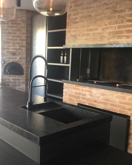 espaço gourmet com bancadas pretas de granito escovado