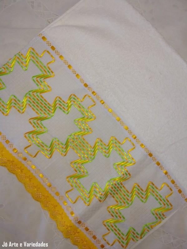 toalha de rosto com bordado em fita