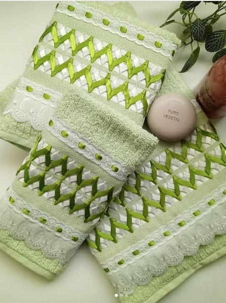 toalhas bordadas com fita de cetim verde
