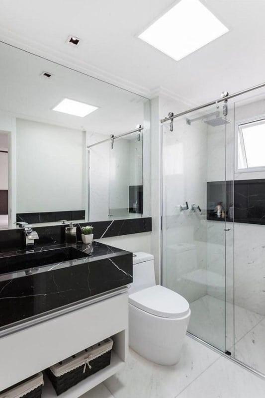 banheiro branco com mármore preto
