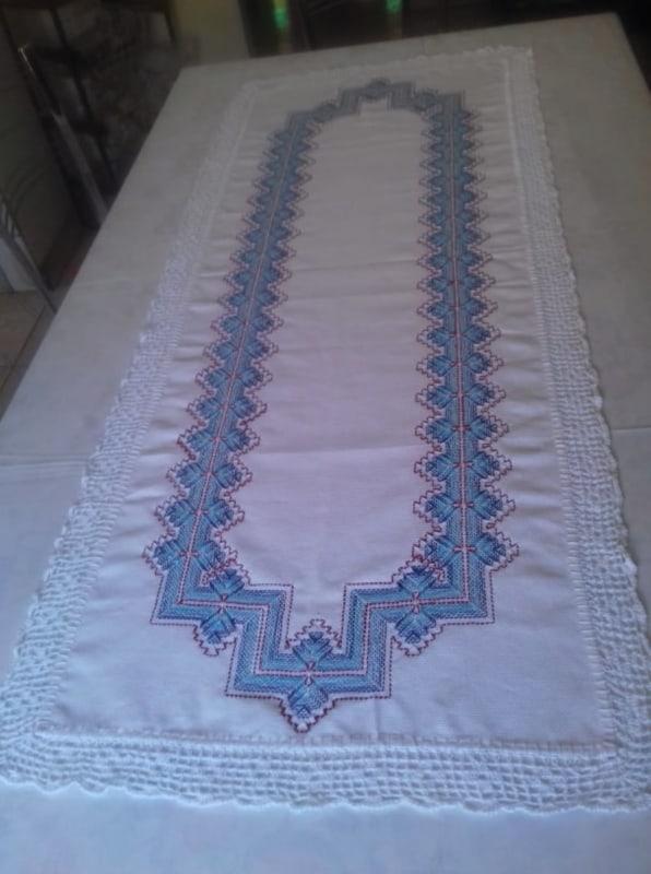 modelo de caminho de mesa bordado