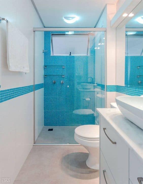 banheiro branco com pastilhas azul