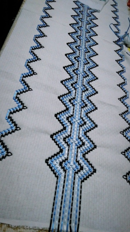 caminho de mesa bordado em fita de cetim