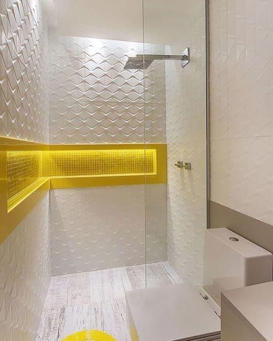 banheiro branco com nicho embutido amarelo