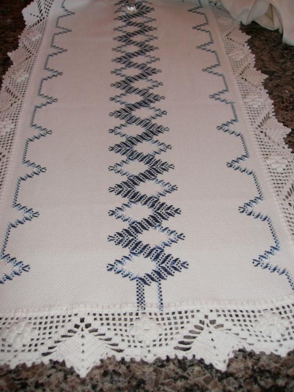 caminho de mesa branco com bordado azul
