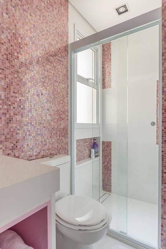 banheiro branco com pastilhas cor de rosa
