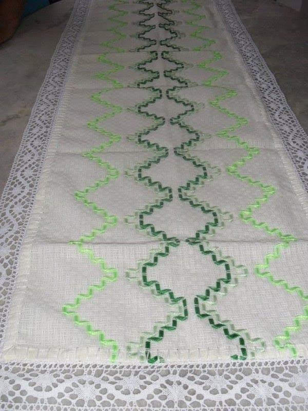 caminho de mesa com bordado simples em fita