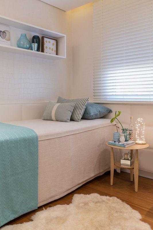 quarto de solteiro com cortina persiana branca