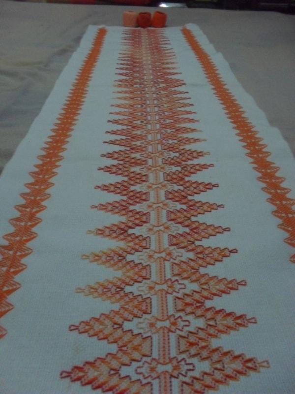caminho de mesa com bordado laranja