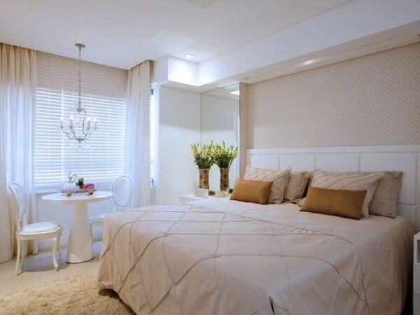 quarto de casal com persiana branca com sobreposição de cortina de tecido