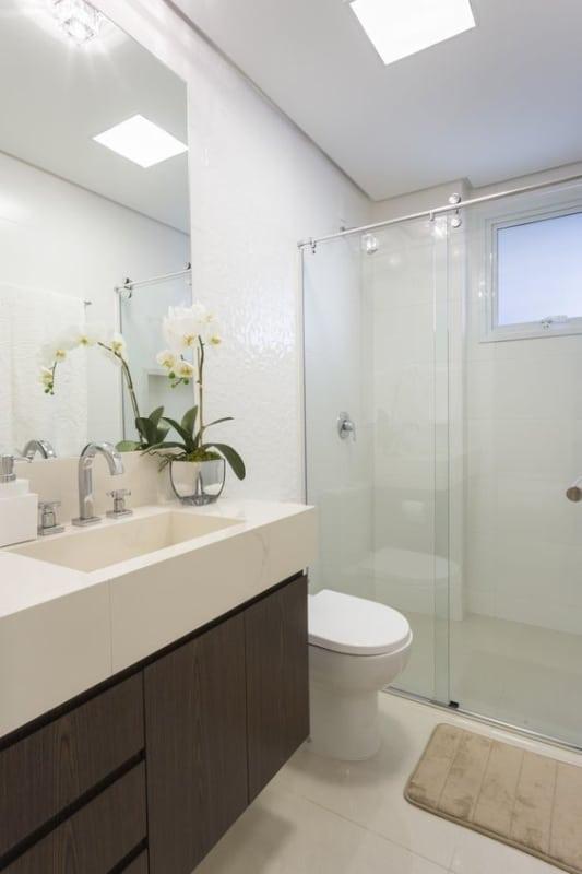 banheiro branco com armário marrom