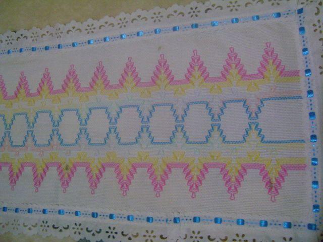 caminho de mesa com bordado em linha colorido e passa fita