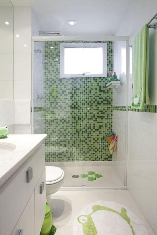 banheiro branco com parede de pastilhas verde