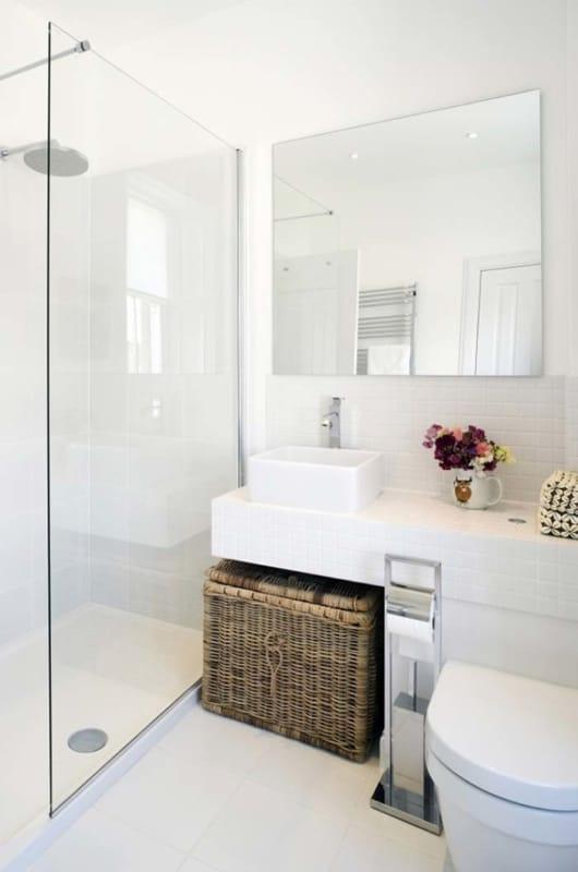 banheiro pequeno branco
