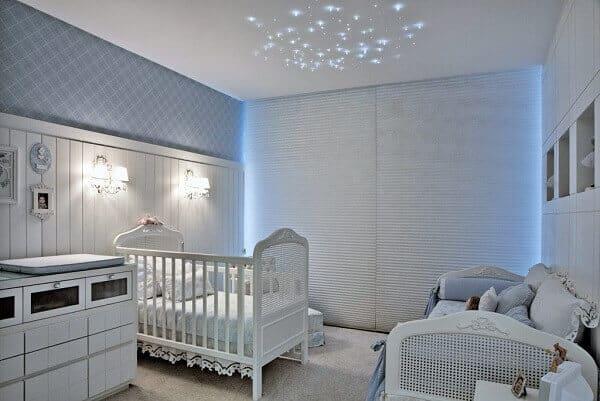 quarto de bebê com cortina persiana branca