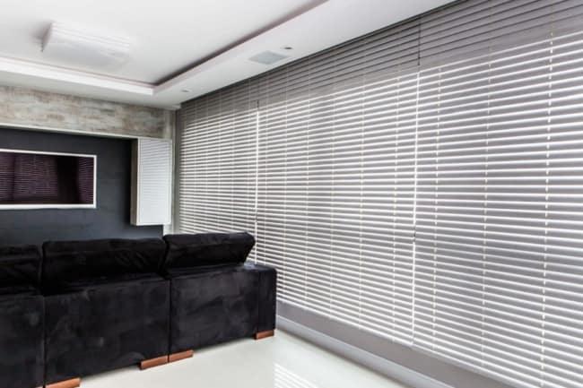 sala de TV com cortina persiana de PVC