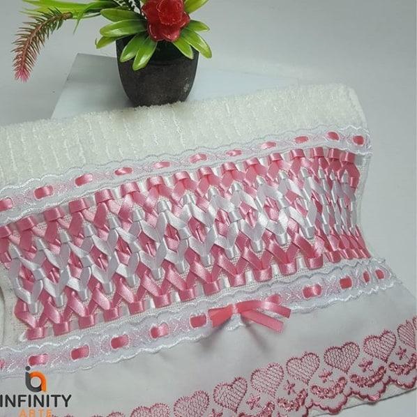 toalha de lavabo bordada em fita de cetim