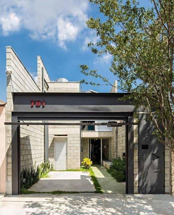 casa com portão e fachada de blocos de concreto