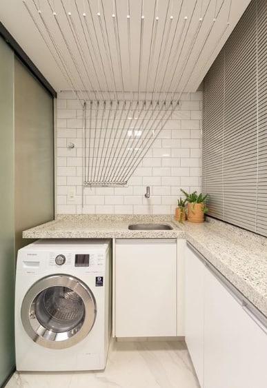 lavanderia com cortina persiana horizontal de alumínio