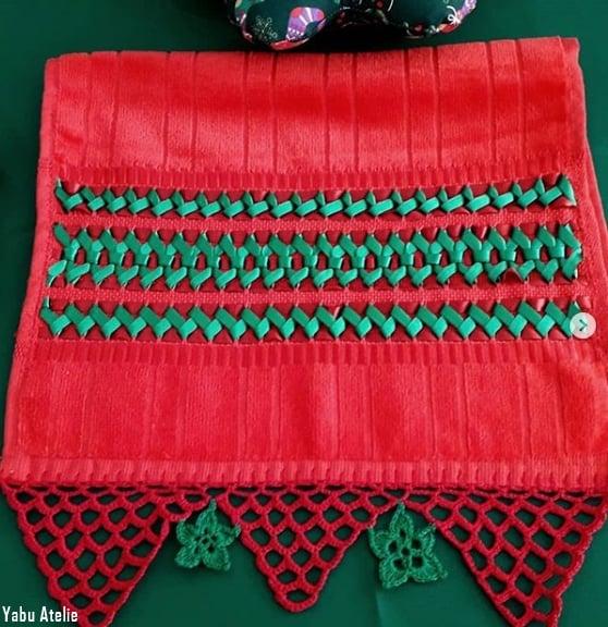 toalha bordada em fita de cetim em vermelho e verde