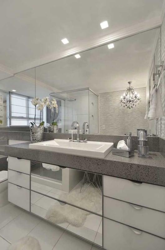 banheiro de luxo com bancada de granito cinza