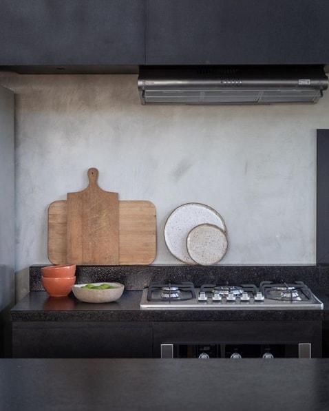cozinha com cimento queimado e granito preto escovado