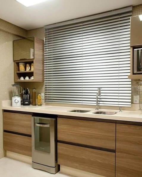 cozinha moderna com persiana de alumínio na janela