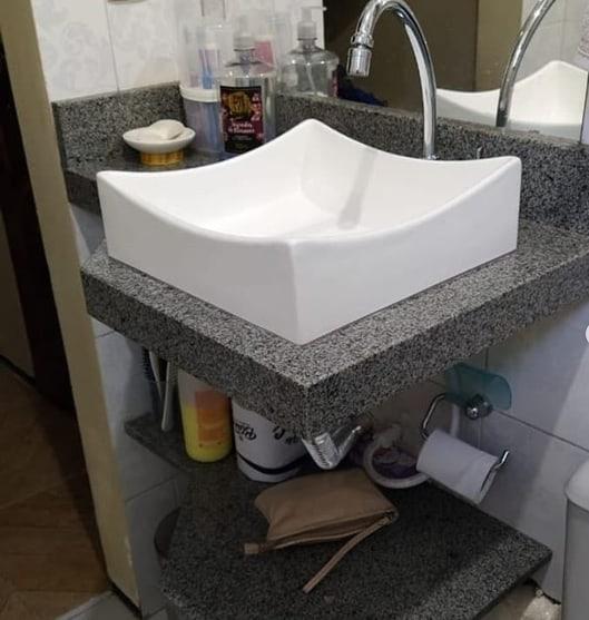 banheiro com bancada pequena de granito cinza andorinha