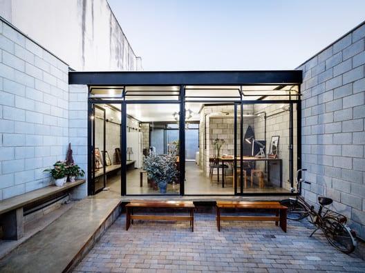 casa com muros de bloco de concreto