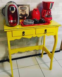 Aparador amarelo em cantinho do café pequeno23