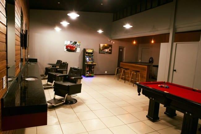 Barbearia moderna com snooker e bar para agradar ainda mais os clientes