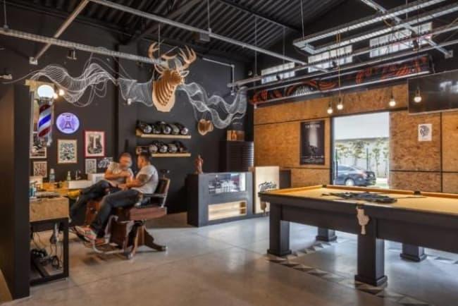 Barbearia moderna fica com visual de pub