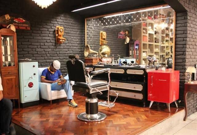 Barbearia no estilo retrô com bar