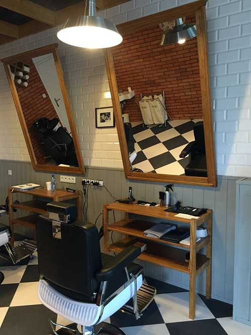 Barbearia pequena com mobilias ajustadas sem perder a praticidade