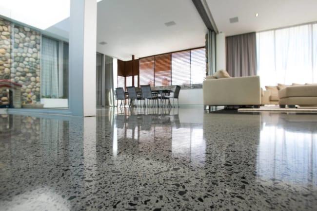 Casa com piso de concreto polidoo