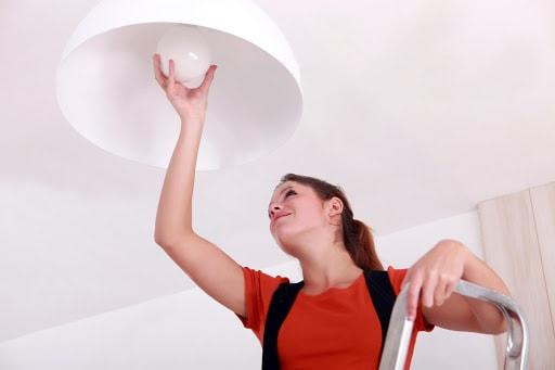 Como instalar uma lâmpada com a devida segurança