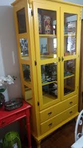 Cristaleira retrô amarela com gavetas15