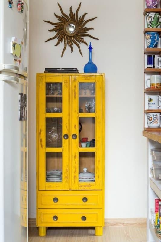 Cristaleira retrô amarela pequena com duas gavetas16