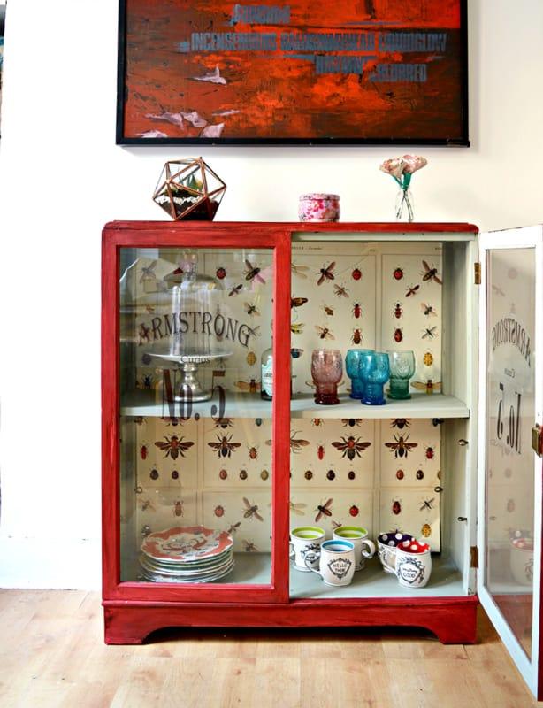 Cristaleira retrô vermelha pequena com duas portas25