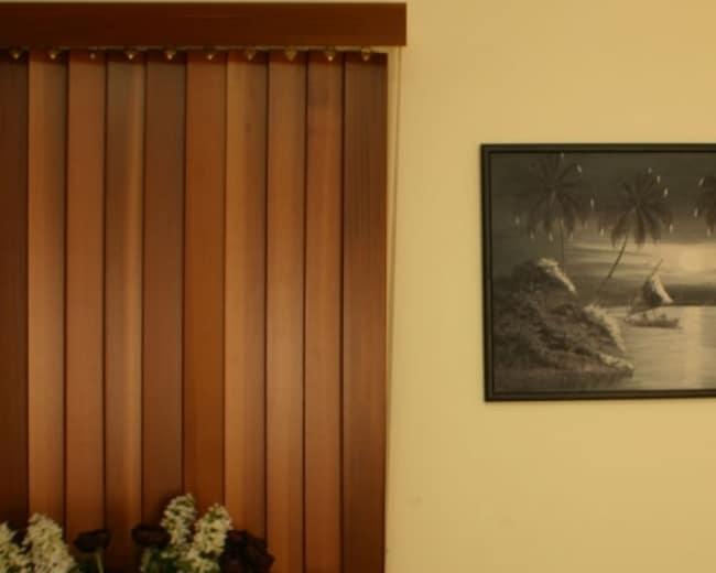 Detalhe da persiana com lâminas de madeira na vertical