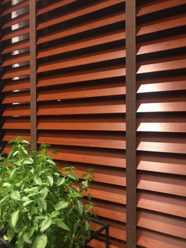 Detalhes da persiana de madeira com fitas
