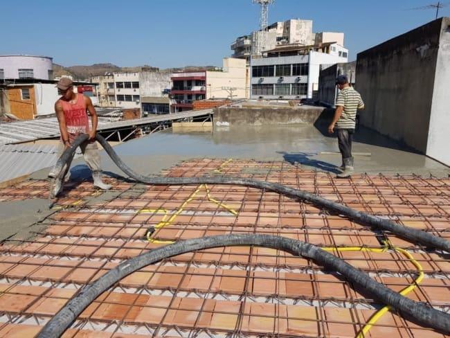 Enchendo a laje com concreto bombeado