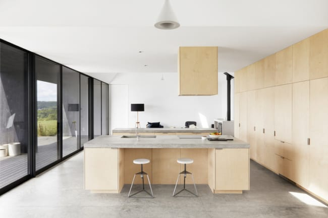 Escritório com piso de concreto polido