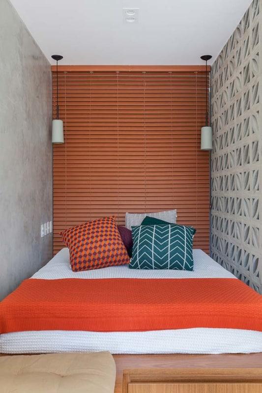 Modelo de persiana de madeira na cabeça da cama